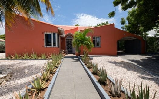 Sta. Catharina – Well-maintained home with beautiful modern kitchen.